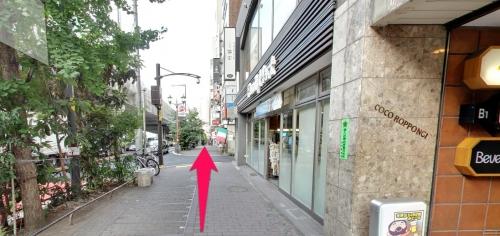 六本木駅5番出口からララへの道