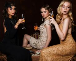 銀座クラブの最新事情を調べる女性